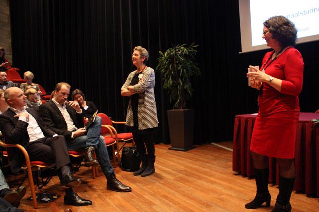 Thea van der Geest beantwoord vragen uit de zaal.