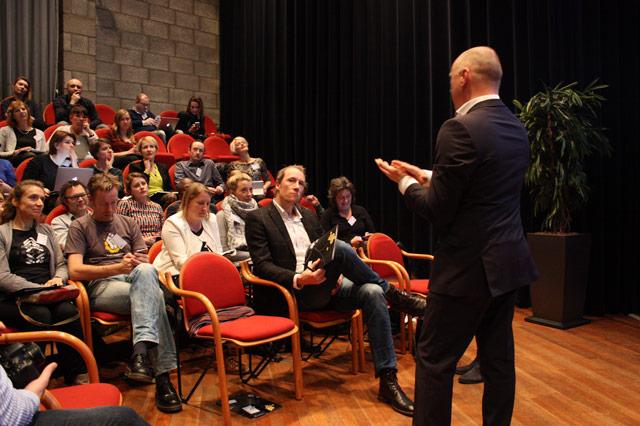 Wolfgang Ebbers geeft antwoord op vragen uit de zaal.