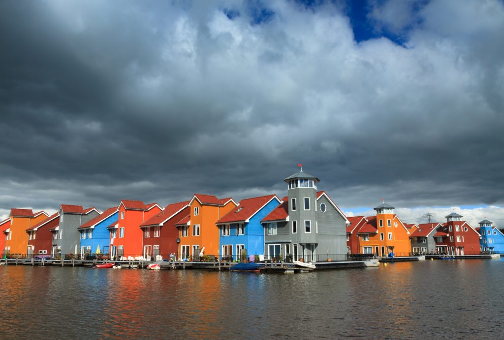 Kleurrijke huizen aan het water.